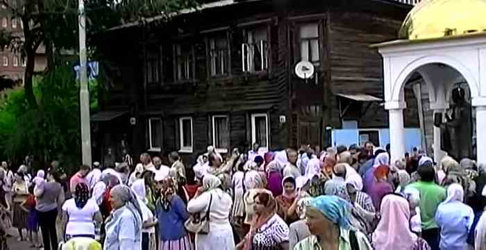 люди собрались около дома где было стояние Зои таро Джунга