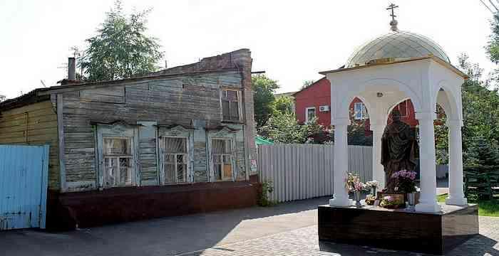 памятник Николаю Чудотворцу около дома на Чкалова таро Джунга